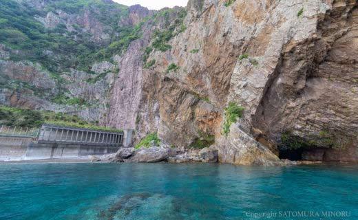 徳浜の断崖の洞窟